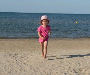 Foto: Kleine Fußgängerin am Strand